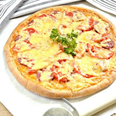 Пицца на творожном тесте с колбасой и помидорами - рецепт с фото