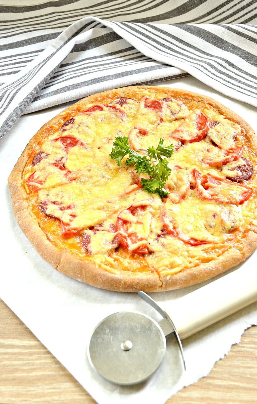 Пицца на творожном тесте с колбасой и помидорами