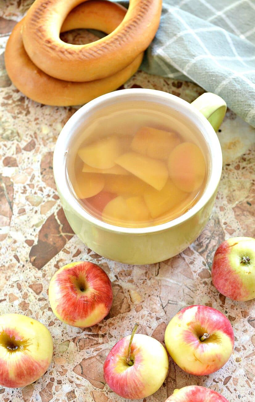 Яблочный компот в кастрюле