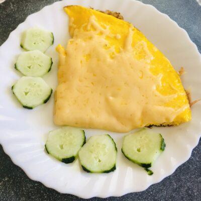 Быстрый омлет на завтрак с сыром - рецепт с фото