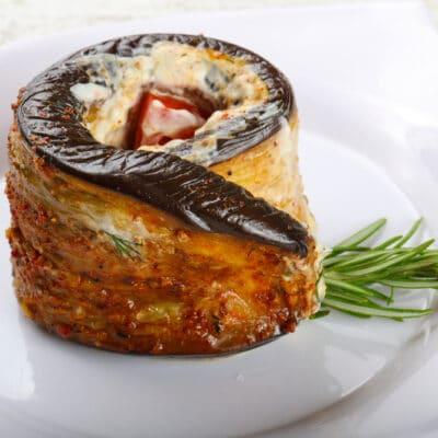 Рулетики из баклажанов, фаршированные помидором и сыром - рецепт с фото