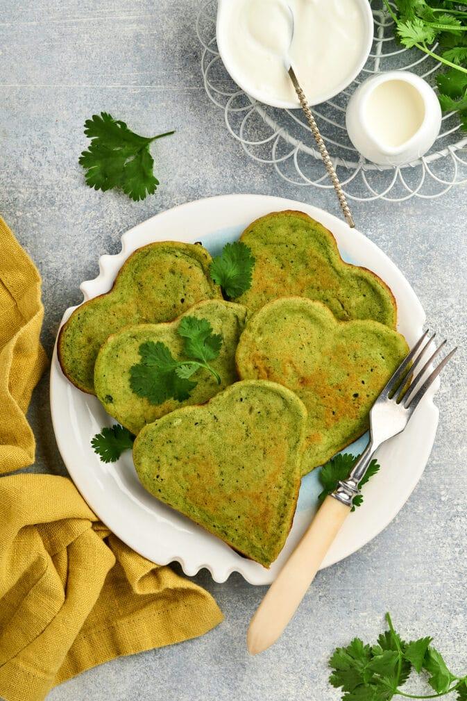 Фото рецепта - Банановые оладьи с шпинатом и авокадо - шаг 7