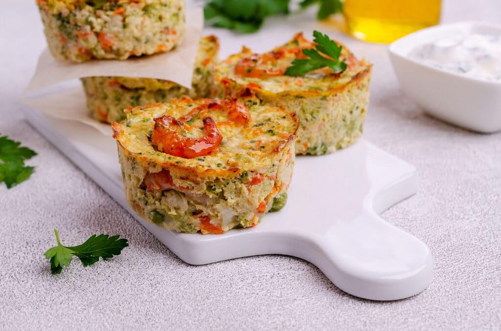 Фото рецепта - Овощные кексы с креветками и сыром - шаг 7