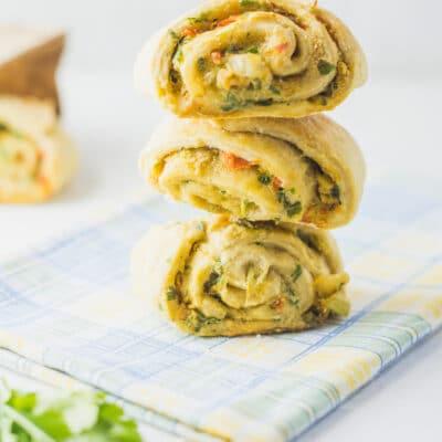 Домашние булочки с чесноком, зеленью и перцем - рецепт с фото