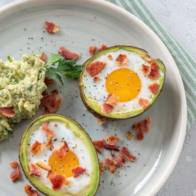 Фаршированный запеченный авокадо с яйцом и беконом