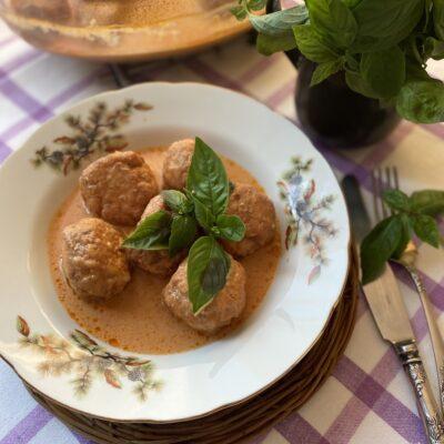Куриные шарики в соусе и с базиликом - рецепт с фото