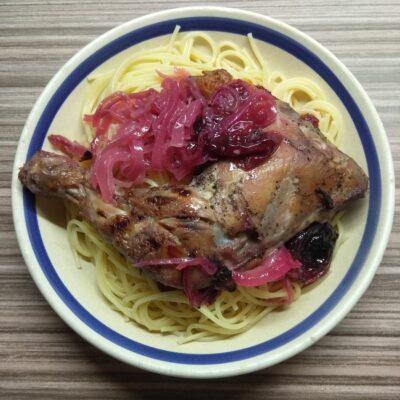 Куриный окорочок, запеченный с луком и сливами - рецепт с фото