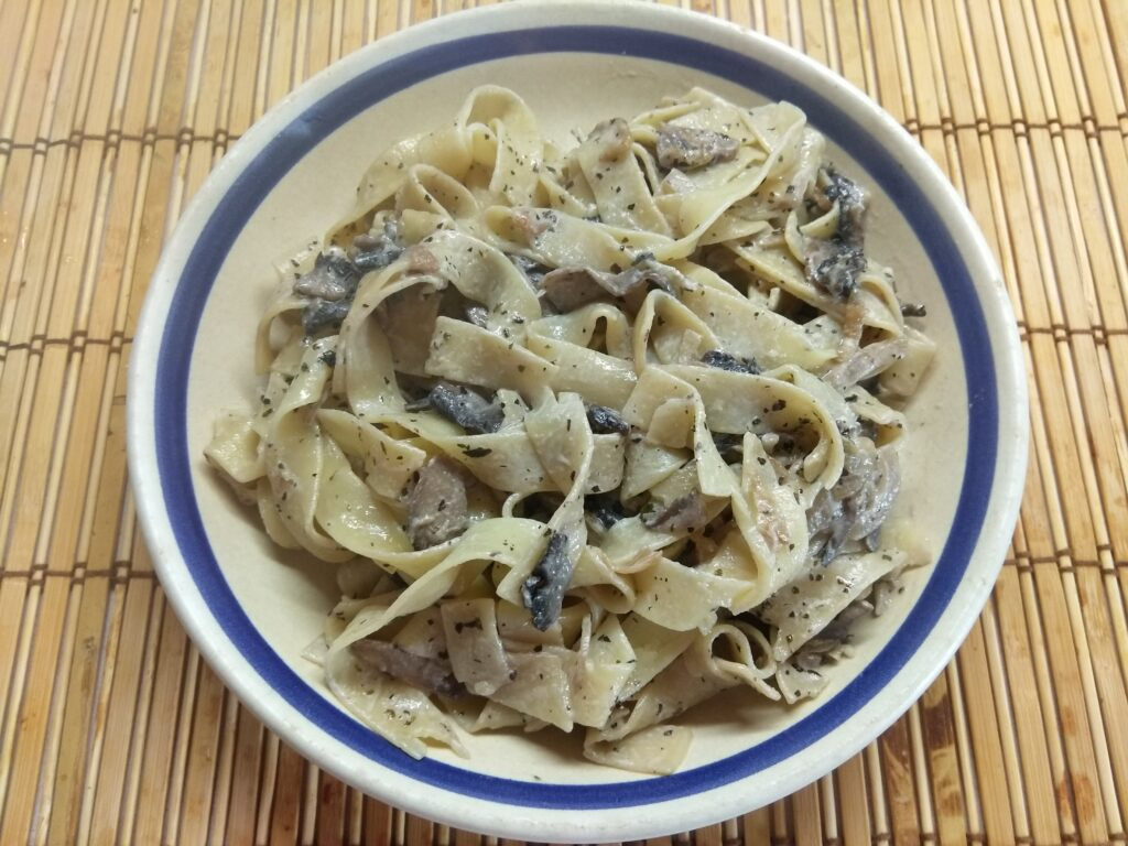 Фото рецепта - Фетуччини с шампиньонами в сливочном соусе - шаг 5