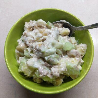 Салат с курицей, бананом и яблоком - рецепт с фото