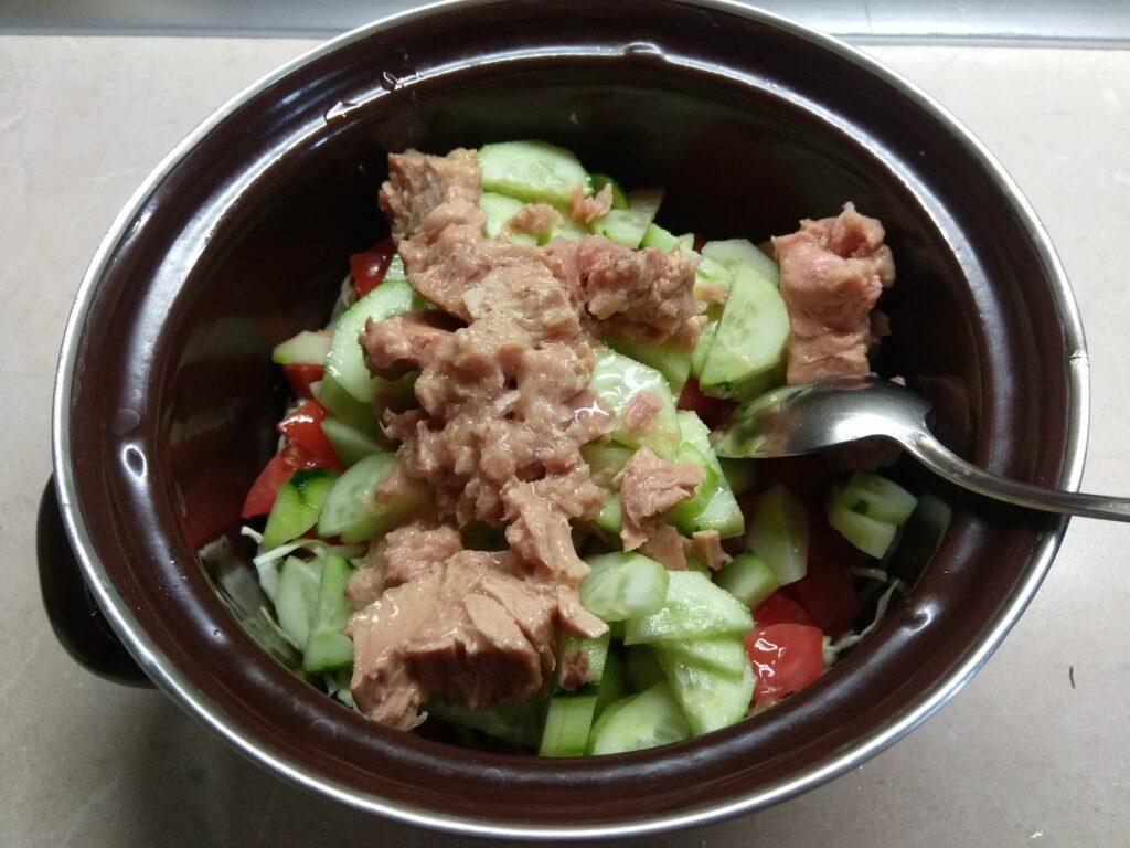 Фото рецепта - Салат с тунцом и молодой кукурузой - шаг 4