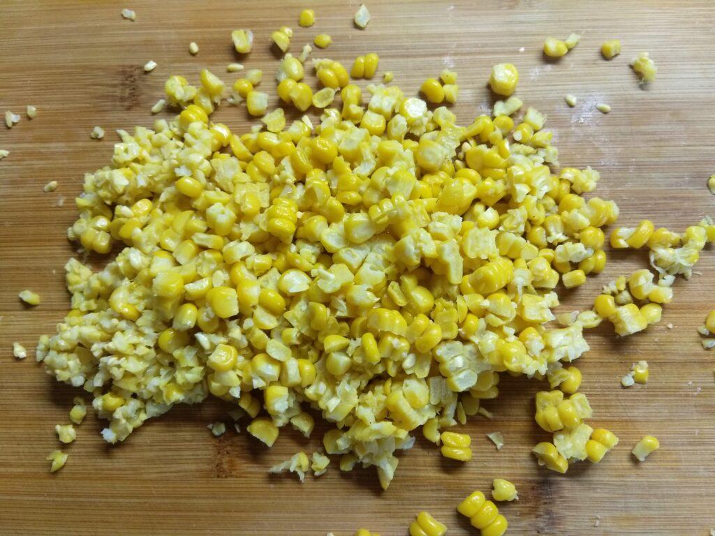 Фото рецепта - Салат с тунцом и молодой кукурузой - шаг 5