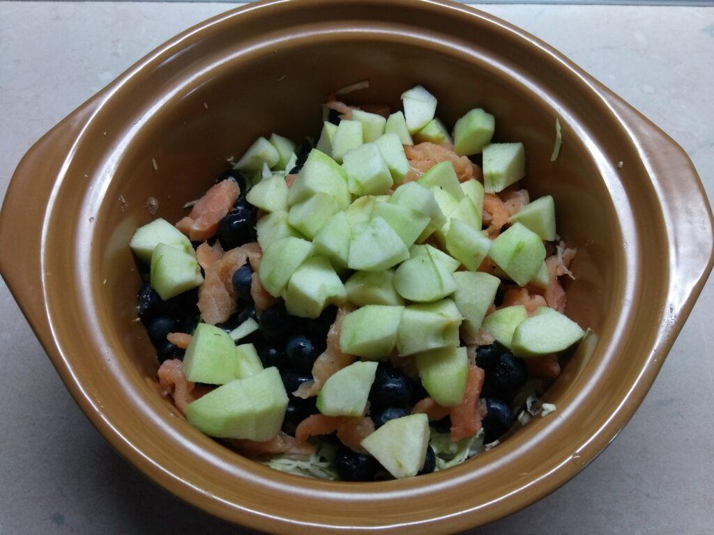 Фото рецепта - Салат с лососем, яблоком и голубикой - шаг 4