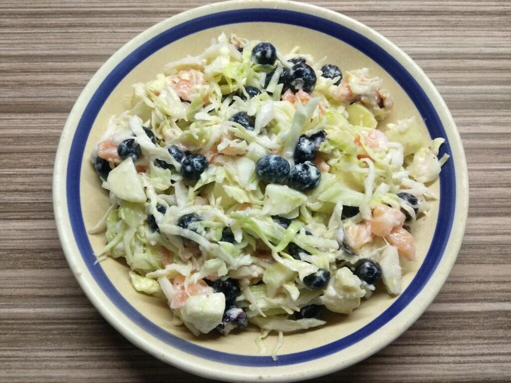 Фото рецепта - Салат с лососем, яблоком и голубикой - шаг 5