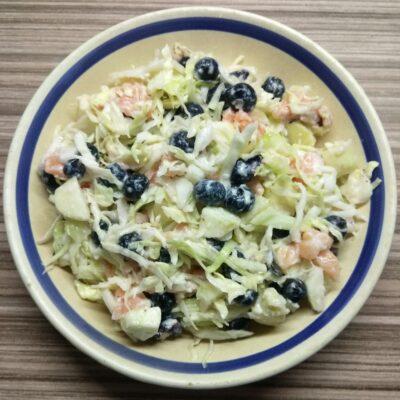 Салат с лососем, яблоком и голубикой - рецепт с фото