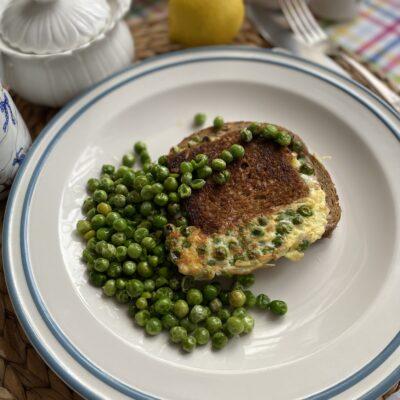 Яичница в хлебе на завтрак - рецепт с фото