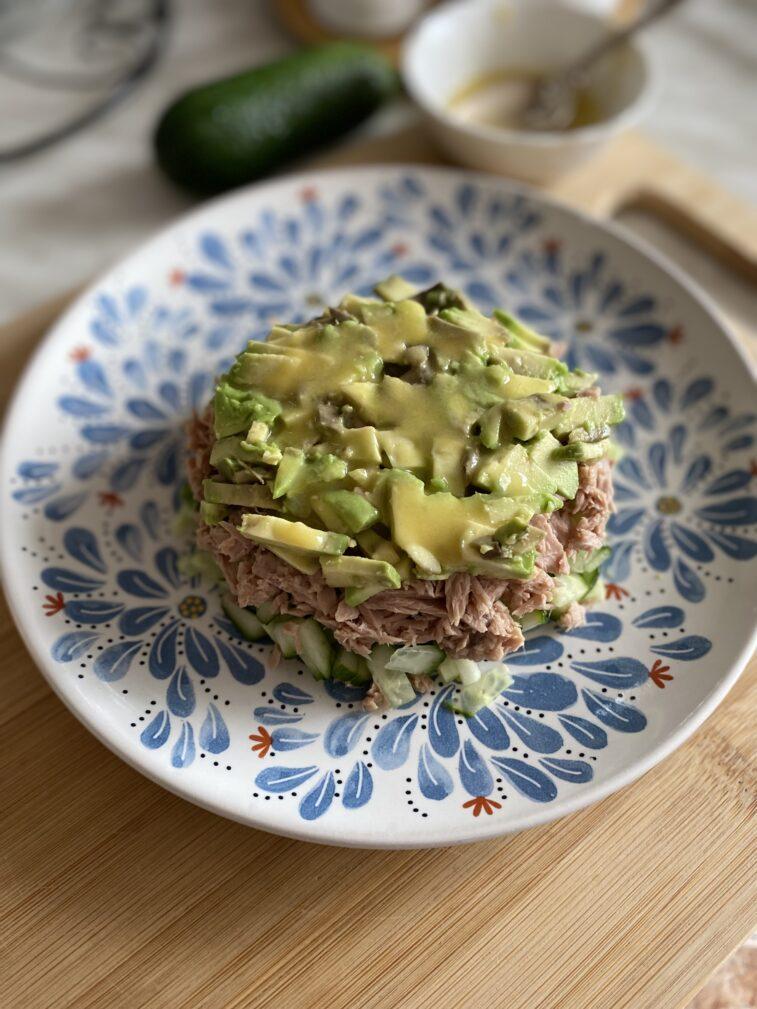 Фото рецепта - Салат с тунцом и авокадо - шаг 9