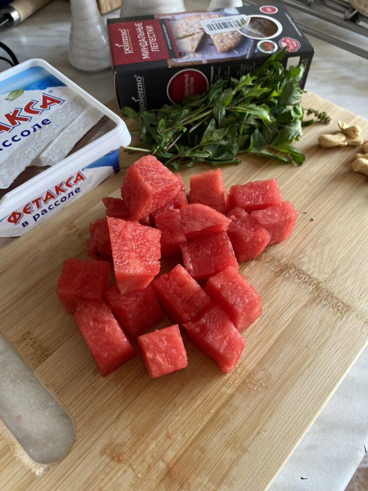 Фото рецепта - Салат с арбузом и брынзой - шаг 2