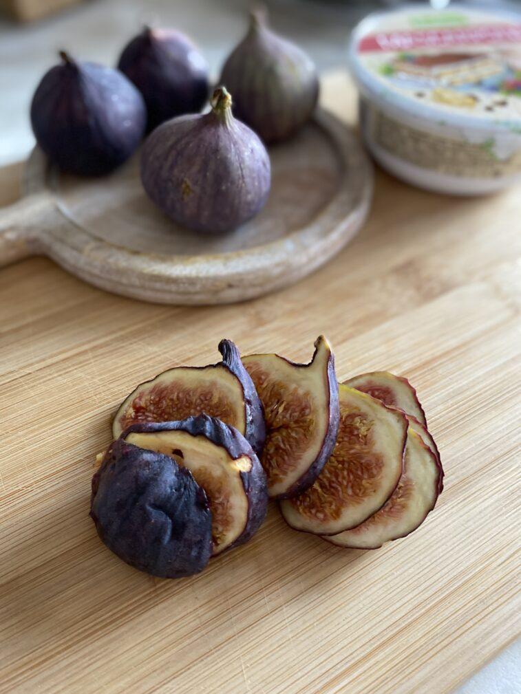 Фото рецепта - Брускетта с инжиром и сыром - шаг 3