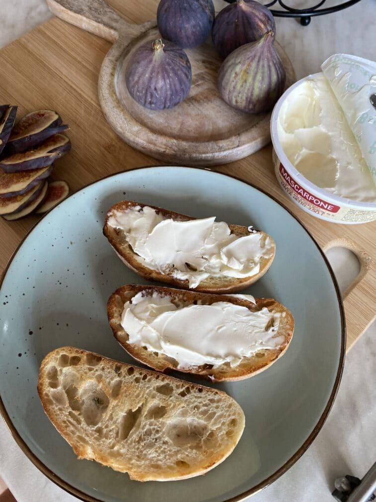 Фото рецепта - Брускетта с инжиром и сыром - шаг 4