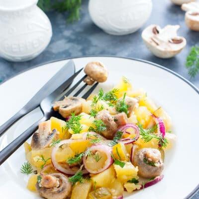 Картофельный салат с маринованными шампиньонами и огурцами