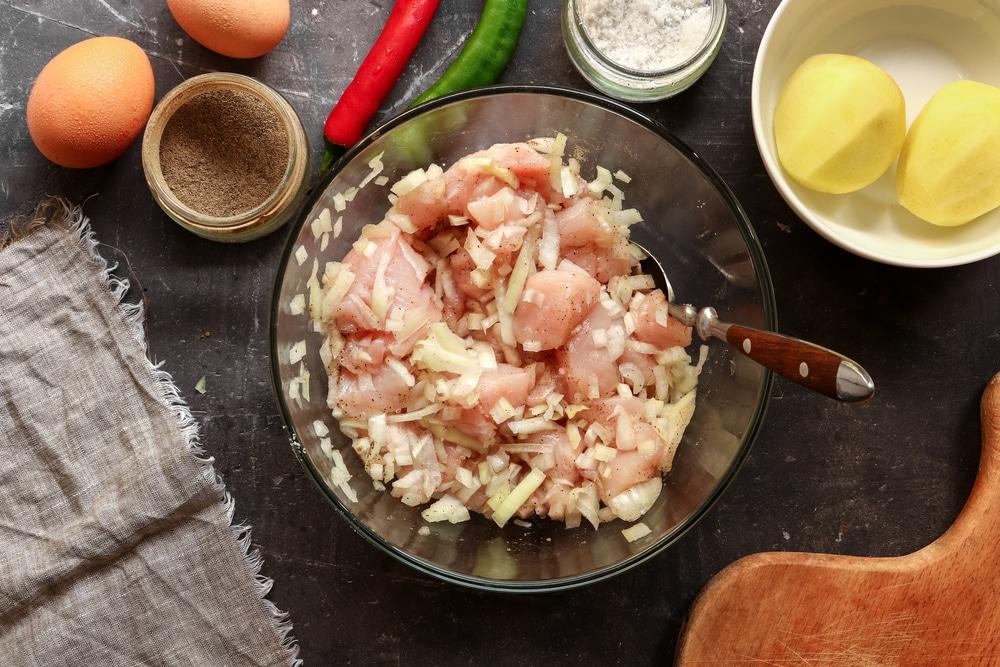 Фото рецепта - Котлеты из фарша и картошки - шаг 2