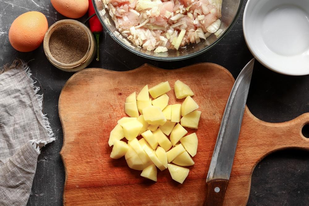 Фото рецепта - Котлеты из фарша и картошки - шаг 3