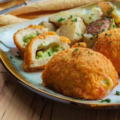 Котлеты из куриной грудки, фаршированные сыром и брокколи