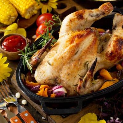 Курица, фаршированная яблоками и овощами