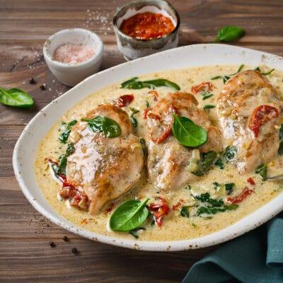 Куриное филе в сливках со шпинатом и вялеными помидорами - рецепт с фото