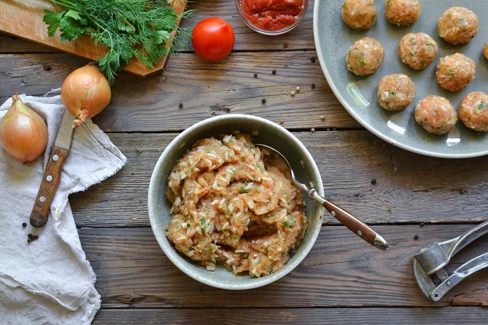 Фото рецепта - Куриные тефтели c рисом в томатном соусе - шаг 6