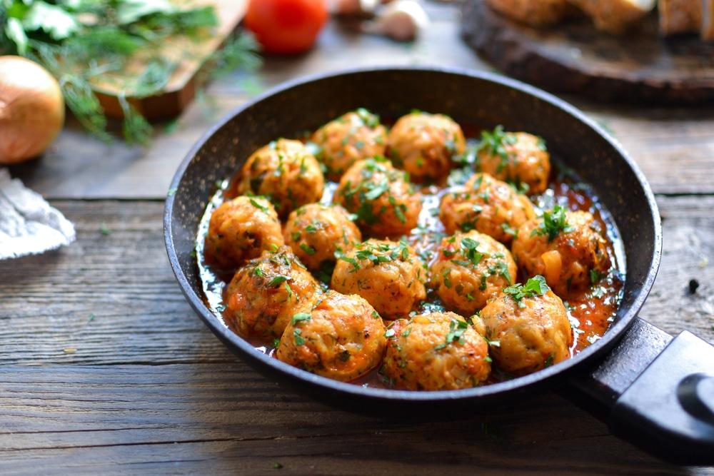 Фото рецепта - Куриные тефтели c рисом в томатном соусе - шаг 8