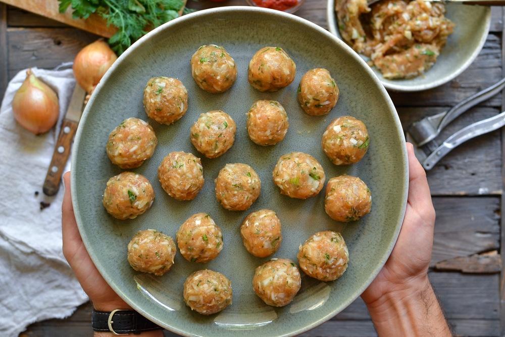 Фото рецепта - Куриные тефтели c рисом в томатном соусе - шаг 7