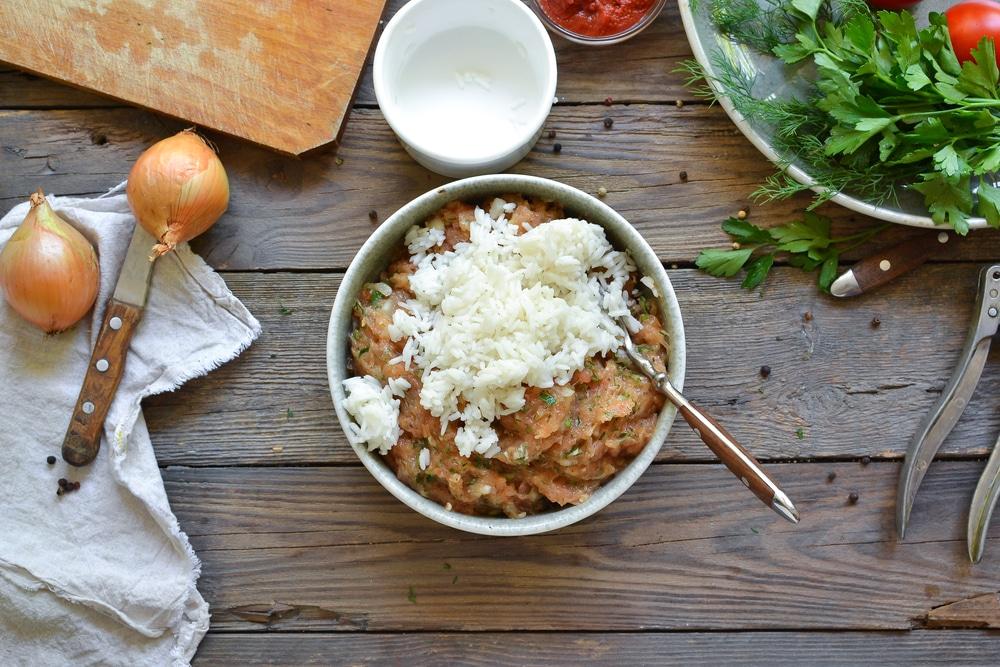 Фото рецепта - Куриные тефтели c рисом в томатном соусе - шаг 5