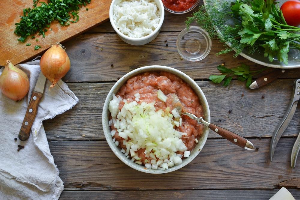 Фото рецепта - Куриные тефтели c рисом в томатном соусе - шаг 3