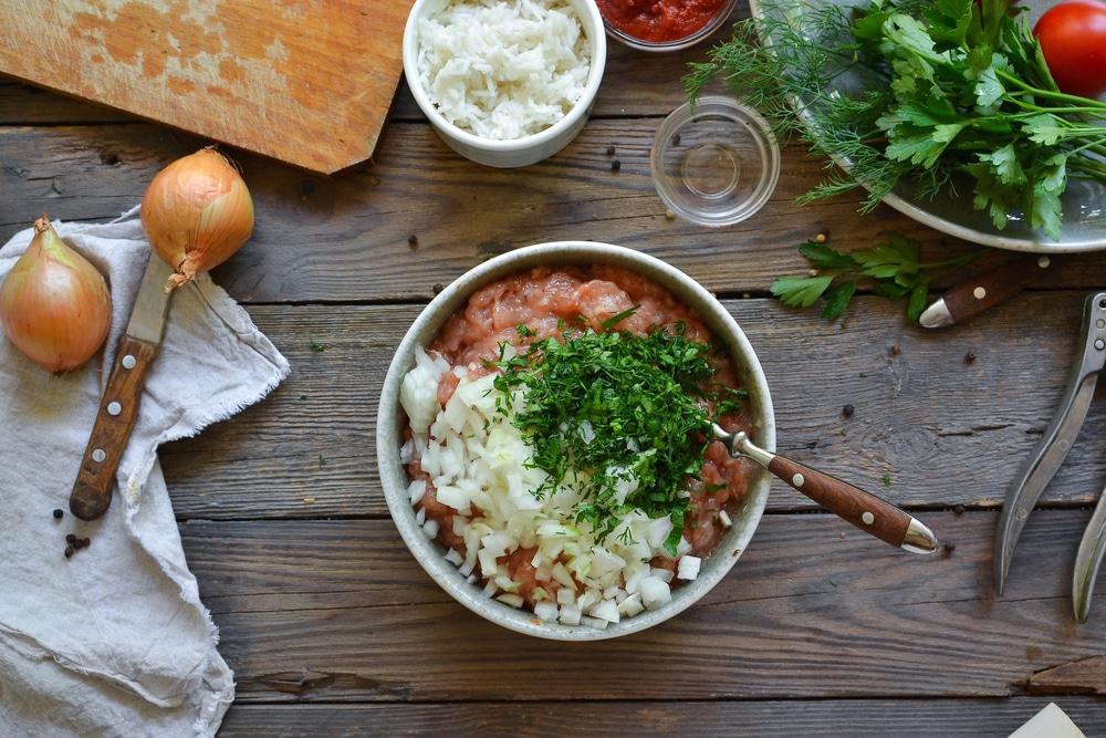 Фото рецепта - Куриные тефтели c рисом в томатном соусе - шаг 4