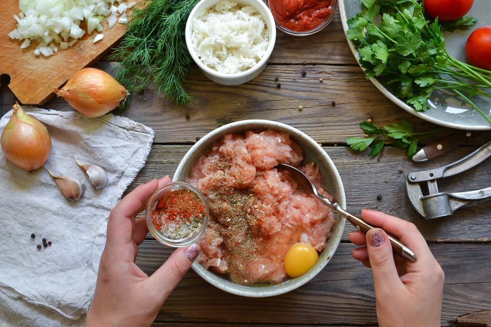 Фото рецепта - Куриные тефтели c рисом в томатном соусе - шаг 2