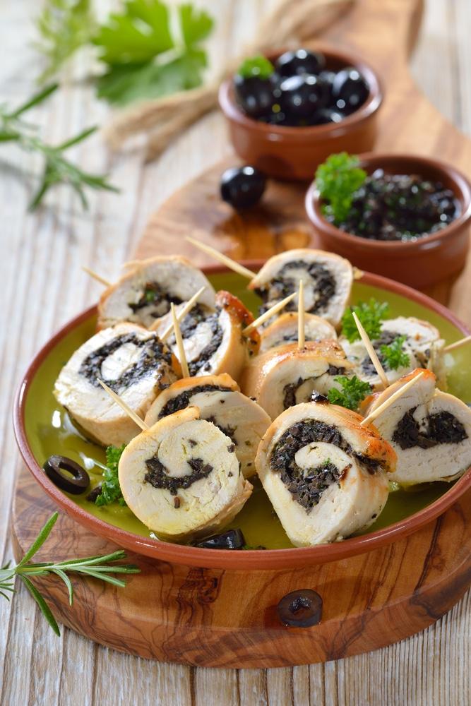 Куриный рулет, фаршированный маслинами и зеленью