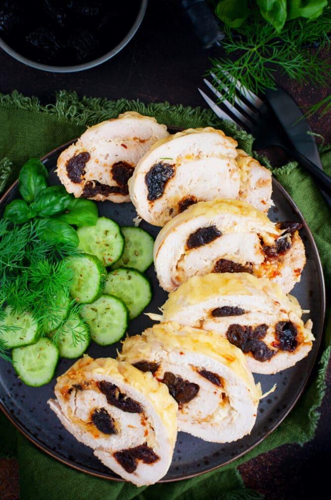 Фото рецепта - Куриный рулет с черносливом в фольге - шаг 6