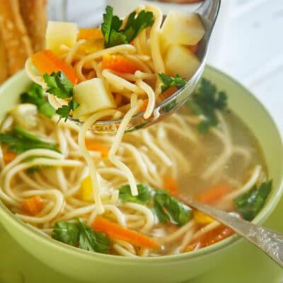 Куриный суп со спагетти и лимоном