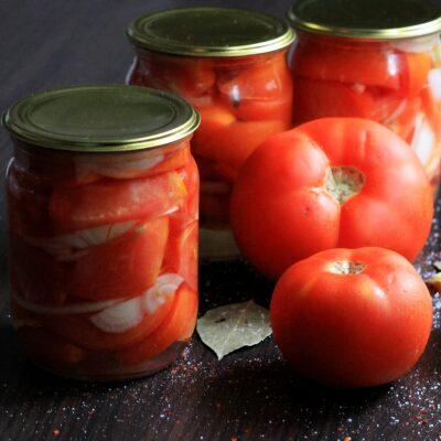Маринованные помидоры дольками с луком