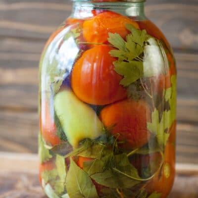 Маринованные сладкие помидоры с перцем и травами