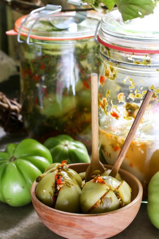 Маринованные зеленые помидоры с зеленью