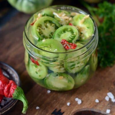 Маринованные зелёные помидоры с перцем и чесноком