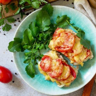 Мясные отбивные с помидорами и сыром