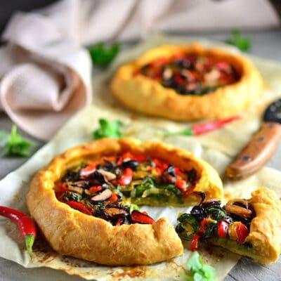 Открытый пирог с овощами и зеленью