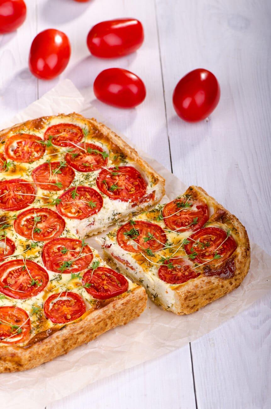 Открытый пирог с сыром, творогом и помидорами