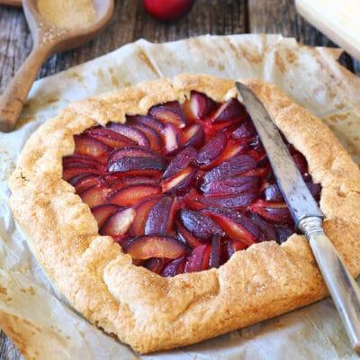 Открытый пирог со сливами (галета)