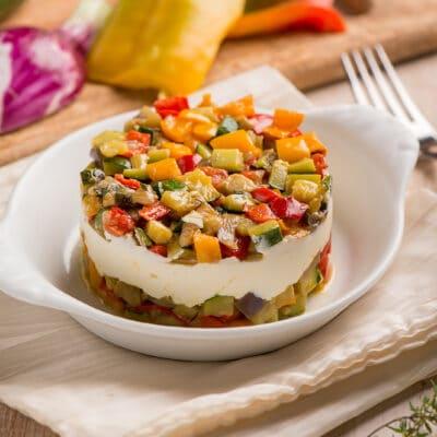 Овощной теплый салат с сыром