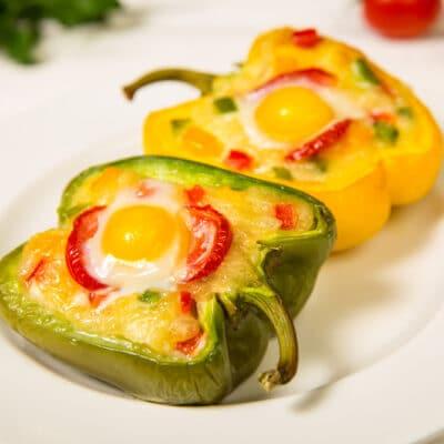 Перец, фаршированный овощами и яйцом