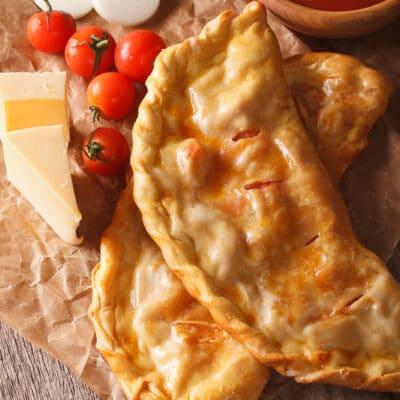 Пицца кальцоне с помидорами и сыром (бездрожжевое тесто)